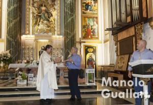Agradecimiento de la Cofradía de Granaderos al párroco Antonio Diaz Tortajada. Foto de Manolo Guallart.