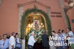 Salida de la Virgen en procesión. Fiestas del barrio de san Isidro. Foto de Manolo Guallart.