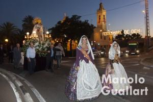 Las Falleras Mayores de Valencia, Estefanía López y María Donderis, acompañan a la Virgen en el barrio de san Isidro. Foto de Manolo Guallart.