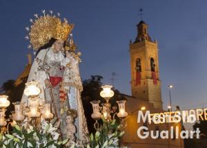 La Virgen de los Desamparados del barrio de san Isidro en procesión. Foto de Manolo Guallart.