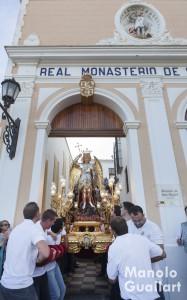 La imagen principal de San Miguel sale del monasterio en Lliria. Foto de Manolo Guallart.