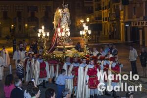 """San Miguel llevado por sus """"portants"""" en la procesión de Lliria. Foto de Manolo Guallart."""