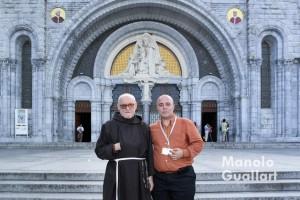 Fray Conrado Estruch con el fotógrafo Manolo Guallart en el santuario Nuestra Señora de Lourdes en 2007.