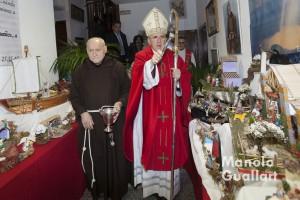 Fray Conrado Estruch acompaña al arzobispo de Valencia Carlos Osoro en la bendición de belenes solidarios de 2013. Foto de Manolo Guallart.