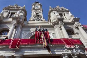 Bajada de la Real Senyera del ayuntamiento de Valencia el 9 de octubre. Foto de Manolo Guallart.