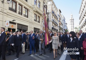 Procesión cívica con la Real Senyera por la calle de la Paz. Foto de Manolo Guallart.