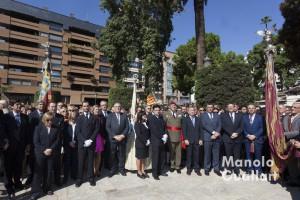 Autoridades valencianas con la Real Senyera ante el monumento al rey don Jaime en el Parterre. Foto de Manolo Guallart.