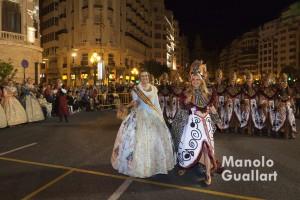 Carmen Sancho (de hurí) y Estefanía López (de fallera) en la Entrada mora y cristiana. Foto de Manolo Guallart.