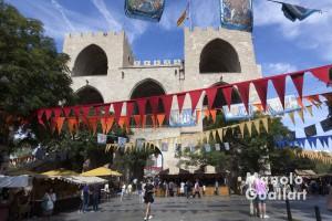 Ambiente de Mercado medieval Jaime I en la Torres de Serranos de Valencia. Foto de Manolo Guallart.