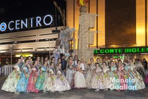 Falleras Mayores de Valencia 2015 y sus Cortes de Honor con el presidente de JCF Pere Fuset y el artista Juanjo García junto a la falla de Nuevo Centro. Foto de Manolo Guallart.