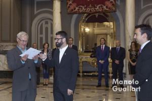 El concejal de Cultura Festiva y presidente de la Junta Central Fallera, Pere Fuset, entrega al alcalde Joan Ribó los sobres con las elecciones de los jurados. Foto de Manolo Guallart.