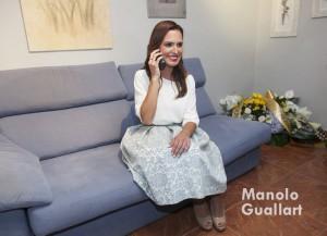 Alicia Moreno recibe en su casa la noticia de que es la nueva Fallera Mayor de Valencia. Foto de Manolo Guallart.