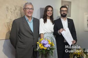 Joan Ribó (alcalde) y Pere Fuset (presidente de JCF) entregan su nombramiento como Fallera Mayor de Valencia a Alicia Moreno. Foto de Manolo Guallart.