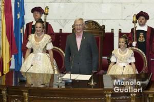 Alicia Moreno (Fallera mayor de Valencia), Joan Ribó (alcalde) y Sofía Soler (Fallera Mayor Infantil de Valencia) durante la interpretación del Himno Regional. Foto de Manolo Guallart.