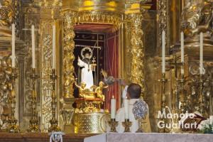 El párroco de San Nicolás, Antonio Corbi, inciensa la imagen de San Vicente Ferrer. Foto de Manolo Guallart.