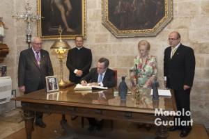 Ignacio Sánchez firma en la sacristía de San Nicolás en los libros de la parroquia y del altar del Tossal. Foto de Manolo Guallart.
