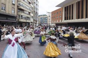 """""""Dansà"""" junto al mercado de Russafa en el """"Mig Any"""" del altar vicentino. Foto de Manolo Guallart."""