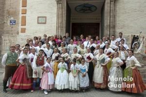 """Participantes en la """"Dansà"""" del altar vicentino de Russafa. Foto de Manolo Guallart."""