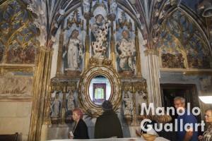 Peregrinos valencianos ante los Sagrados Corporales en su capilla. Foto de Manolo Guallart.