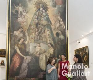 Mª Ángeles Gil, museóloga del MUMA, explicando durante la visita de Estefanía López. Foto de Manolo Guallart.