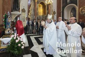 Los celebrantes ante la imagen de la Virgen del Rosario de Borbotó. Foto de Manolo Guallart.