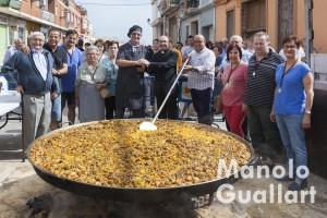 Paella gigante en la calle principal de Borbotó. Foto de Manolo Guallart.