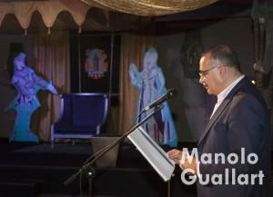 """Joan Calabuig (primer teniente alcalde del Ayuntamiento de Valencia) leyendo el """"Tirant"""" en Na Jordana. Foto de Manolo Guallart."""