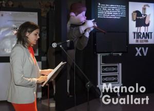 """Sandra Gómez (concelaja de Protección Ciudadana) durante su lectura de un capítulo del """"Tirant"""" en Na Jordana. Foto de Manolo Guallart."""