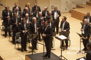 El director Fernando Bonete saluda tras dirigir el concierto en el Palau de la Música. Foto de Manolo Guallart.