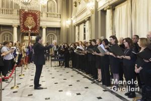 """Coral Giner interpretando el """"Cant a la Senyera"""" en el Salón de Cristal del Ayuntamiento. Foto de Manolo Guallart."""