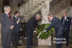 """El Centenar de la Ploma deposita una corona de laurel ante el """"Ballester"""" de la Generalidad. Foto de Manolo Guallart."""