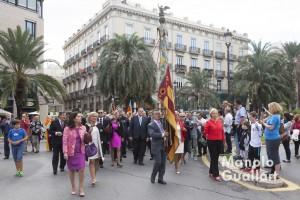 La Real Senyera de Lo Rat Penat marchando hacia la catedral de Valencia. Foto de Manolo Guallart.