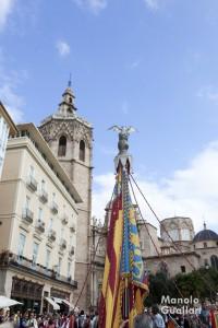 Dos símbolos de Valencia: la Real Senyera (de lo Rat Penat) y el Miguelete (torre campanario de la catedral). Foto de Manolo Guallart.