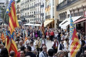 La Real Senyera de Lo Rat Penat llegando a la catedral de Valencia. Foto de Manolo Guallart.