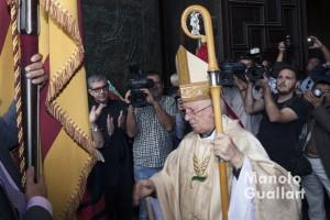 El arzobispo de Valencia recibe a la Real Senyera de Lo Rat Penat en la Puerta de los Hierros de la catedral. Foto de Manolo Guallart.