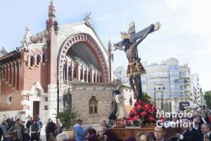 El Cristo de la Fe de Paterna por el Mercado de Colón de Valencia. Foto de Manolo Guallart.