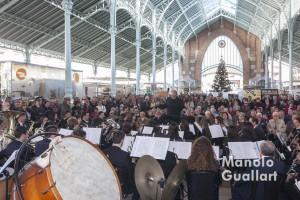 Actuación musical de la Agrupación Gayano Lluch en el Mercado de Colón. Foto de Manolo Guallart.