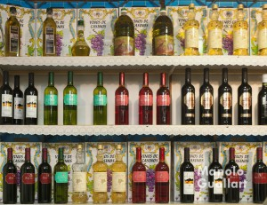 Vino, aceite y moscatel de la Cooperativa de Santa Bárbara en Casinos. Foto de Manolo Guallart.