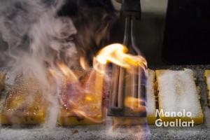 Un momento del proceso de elaboración de la yema tostada. Foto de Manolo Guallart.