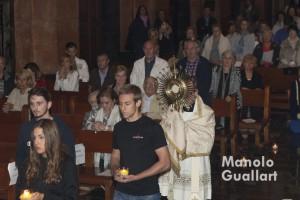 Traslado del Santísimo Sacramento hasta el altar mayor de la parroquia de San Martín en la Nightfever Valencia. Foto de Manolo Guallart.