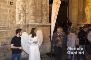 Un ángel ofrece velas en la calle (Nightfever Valencia). Foto de Manolo Guallart.