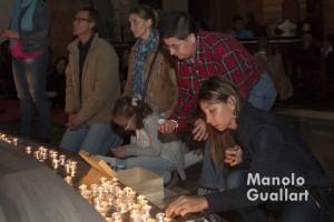 Encender una vela, orar, pedir, agradecer (Nightfever Valencia). Foto de Manolo Guallart.