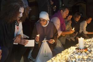 Una monja del Arca de María ofrece una vela ante el altar eucarístico en la Nightfever Valencia. Foto de Manolo Guallart.