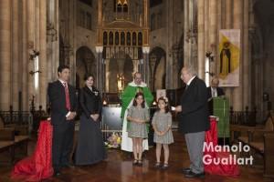 El presidente del altar de Colón, Armando Serra, se dirige a los nuevos clavarios mayores. Foto de Manolo Guallart.