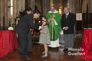 """Alfredo Adiego, clavario mayor, impone a su hija Noemí la medalla como """"angelet"""" del altar vicentino de Colón. Foto de Manolo Guallart."""