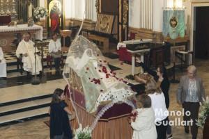 Ofrenda de pétalos a la Dormición de María en la parroquia Santa María del Mar. Foto de Manolo Guallart.