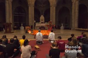 El altar mayor de Santa Catalina presidida por el icono de la Cruz para la Oración de Taizé. Foto de Manolo Guallart.