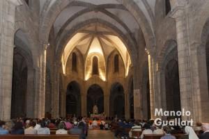 El templo gótico de Santa Catalina lleno de jóvenes acogió la Oración de Taizé. Foto de Manolo Guallart.