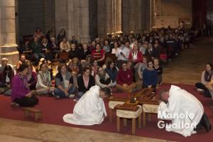 Adoración de la Cruz por hermanos de Taizé. Iglesia de Santa Catalina en Valencia. Foto de Manolo Guallart.