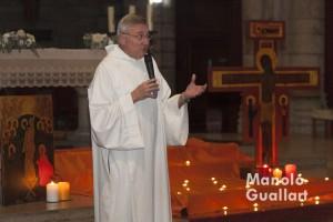 El Hermano Pedro de Taizé anunciando en la celebración el próximo Encuentro Europeo de Jóvenes en Valencia. Foto de Manolo Guallart.